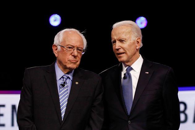 미국 민주당 대선후보 경선 10차 TV토론을 앞두고 버니 샌더스 상원의원(왼쪽)과 조 바이든 전 부통령이 대화를 나누고 있다. 찰스턴, 사우스캐롤라이나주. 2020년