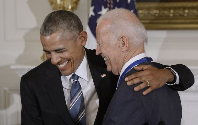 퇴임을 앞둔 버락 오바마 대통령이 백악관에서 조 바이든 부통령에게 '자유의 메달'을 깜짝 수여한 뒤 인사를 나누고 있다. 두 사람은 임기 내내 남다른 '브로맨스'를 과시했다. 2017년