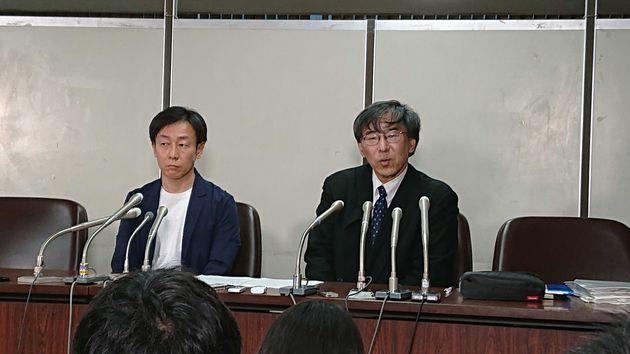記者会見する青野氏(左)と作花弁護士