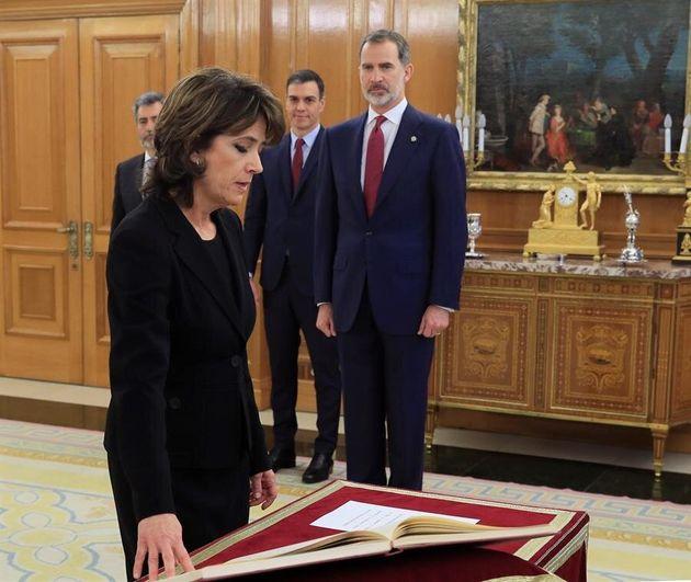 La nueva Fiscal General del Estado, Dolores Delgado jura su cargo ante el rey Felipe VI (d) y el presidente...