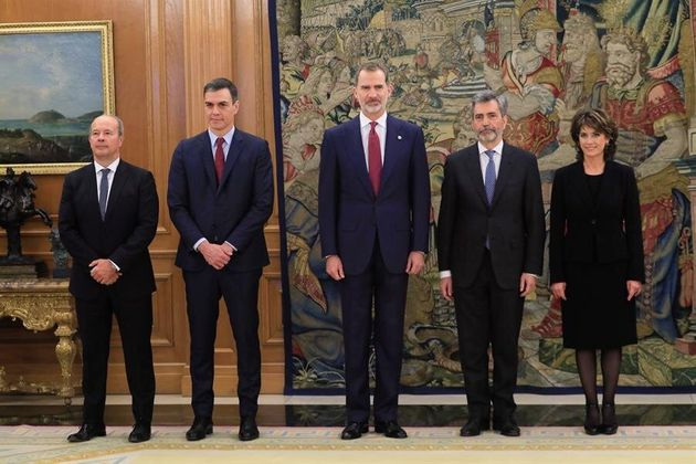 La nueva Fiscal General del Estado, Dolores Delgado (d) posa tras jurar su cargo con el rey Felipe VI...