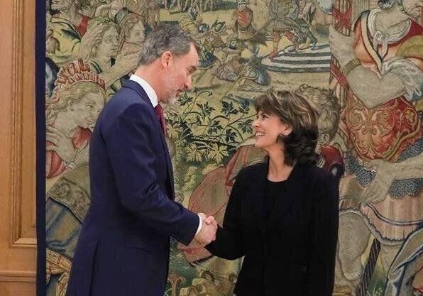 La nueva Fiscal General del Estado, Dolores Delgado (d) saluda tras jurar su cargo con el rey Felipe...