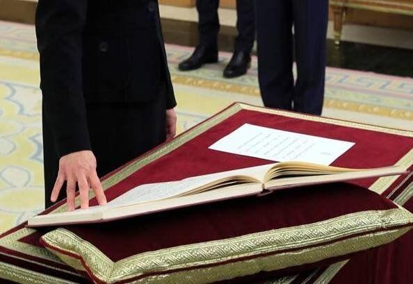 Delgado ha prometido su cargo ante un ejemplar del texto constitucional: un volumen abierto por el artículo...