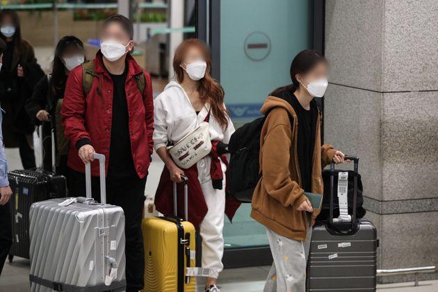모리셔스의 입국 제한으로 두바이에서 머물던 한국인 신혼부부들이 26일 인천국제공항 제1터미널을 통해 귀국하고