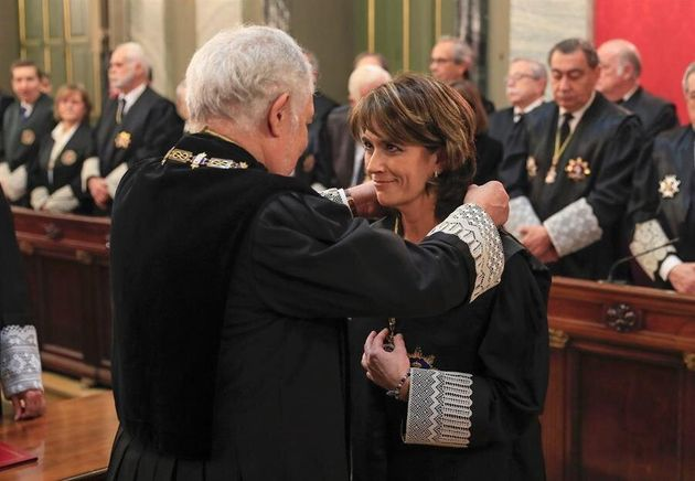 La nueva Fiscal General del Estado, Dolores Delgado (d) junto con el magistrado Cándido Conde-Pumpido