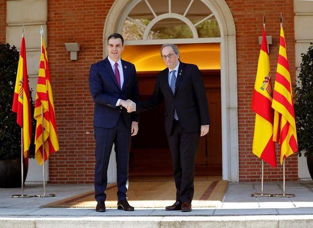 Pedro Sánchez y Quim Torra posan en la puerta principal de La