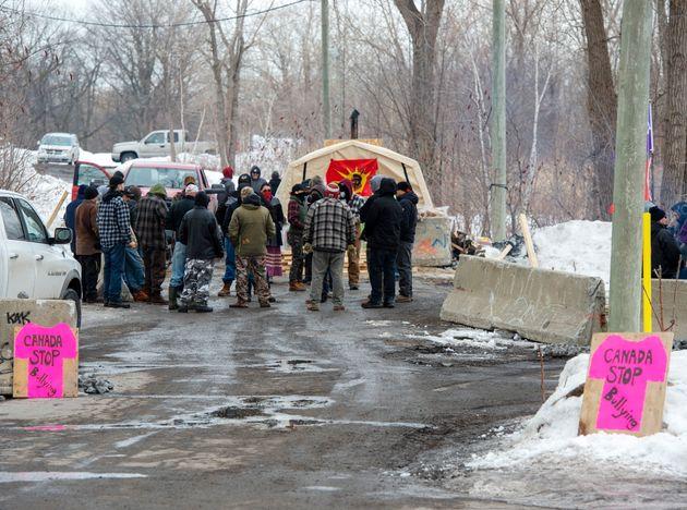 Une première barricade bloque l'accès à la deuxième qui est située...