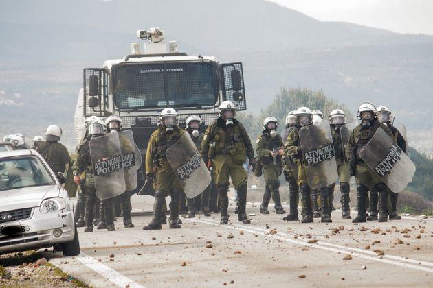 Eurokinissi/Επεισόδια μεταξύ της αστυνομίας και κατοίκων που αντιδρούν στην κατασκευή κλειστής δομής στον Μανταμάδο στην περιοχή Καράβα.