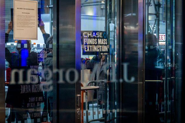 Des manifestants se sont rassemblé devant les bureaux new-yorkais de JP Morgan Chase, le 25 février,...