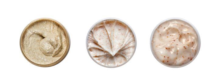 Os esfoliantes podem limpar as células mortas que impedem que seus produtos ajudem mais a sua pele.