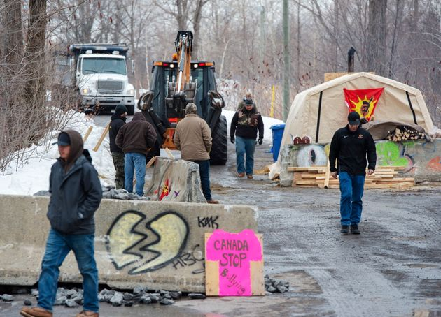 Des membres de la communauté mohawk de Kahnawake bloquent la voie ferrée sur leur territoire...