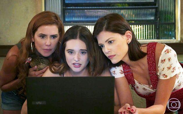 Deborah Secco, Juliana Paiva e Vitória Strada com a galinha Filipa em