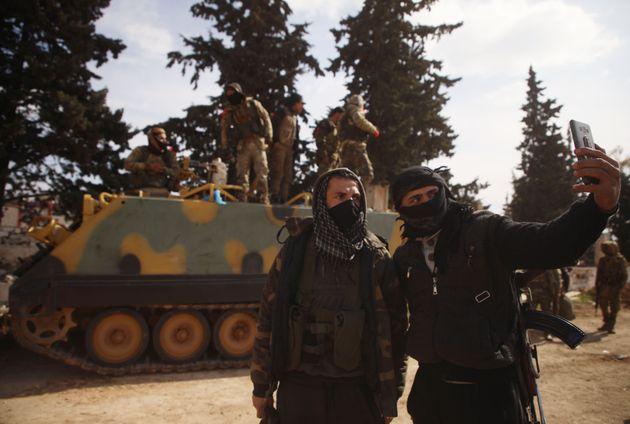 Σύριοι αντάρτες που μάχονται στο πλάι των Τούρκων στη Συρία έξω από την Ιντλίμπ καθώς οι δυνάμεις προωθούνταν στην Σαρακέμπ.