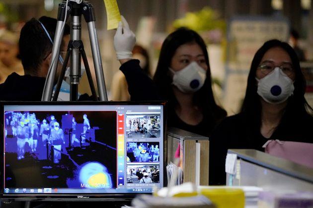 인천국제공항 입국자들에 대해 발열 검사가 실시되고 있다. 2020년
