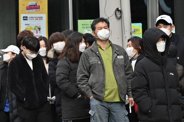 대구 동성로에서 마스크를 구입하려는 사람들이 줄을 서서 차례를 기다리고 있다. 2020년