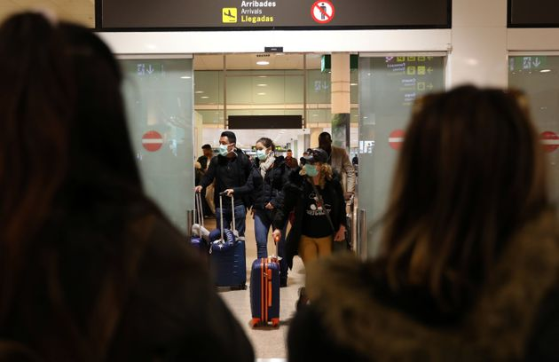 이탈리아에서 출발한 여객기의 탑승객들이 스페인 바르셀로나 엘프라트 공항에 도착하고 있다. 이탈리아는 유럽 내 최대 코로나19 발병국으로 떠올랐다. 2020년