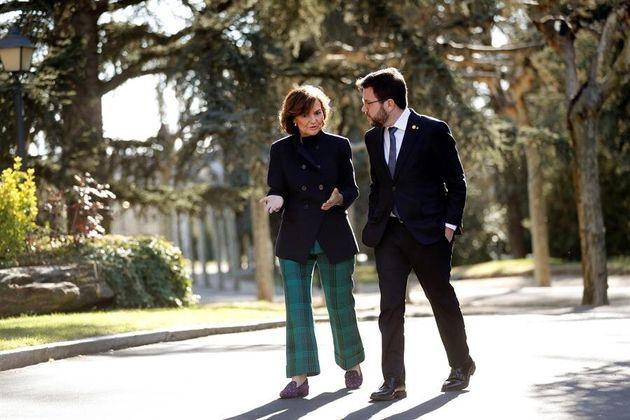 La vicepresidenta primera, Carmen Calvo, conversa con el vicepresidente de la Generalitat, Pere