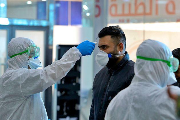 이라크 방역당국 관계자들이 이란에서 출발한 여객기 탑승객들을 대상으로 발열 검사를 하고 있다. 이란은 중동에서 가장 빠르게 코로나19 환자가 늘어나고 있는 국가다. 나자프, 이라크....