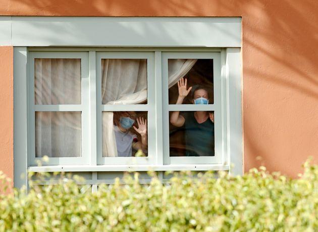 Turistas en el hotel H10 Costa Adeje Palace (Tenerife), durante los días que estuvo en
