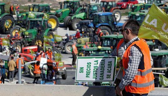 """Los agricultores cortan la A-49 en la frontera con Portugal para """"internacionalizar el"""