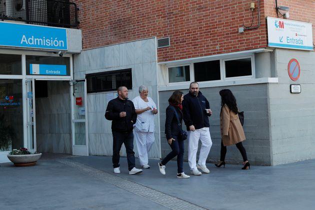 Imagen de una de las entrada del Hospital Carlos