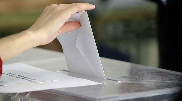 Una persona introduce su voto en una