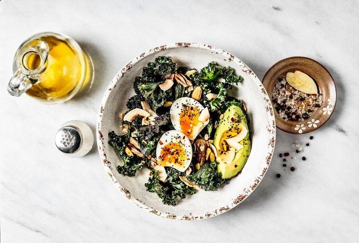Αυγά με μπρόκολο, μανιτάρια, αβοκάντο, σπόρους chia και ελαιόλαδο.