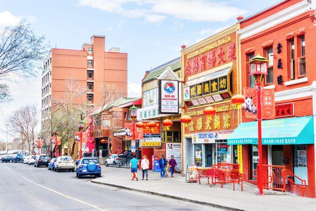 カルガリーのチャイナタウンのセカンドアベニューがこのファイルの写真に表示されています。チャイナタウンのビジネス...