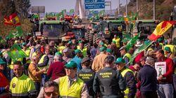 Los agricultores cortan la A-49 en Huelva en la frontera con Portugal para
