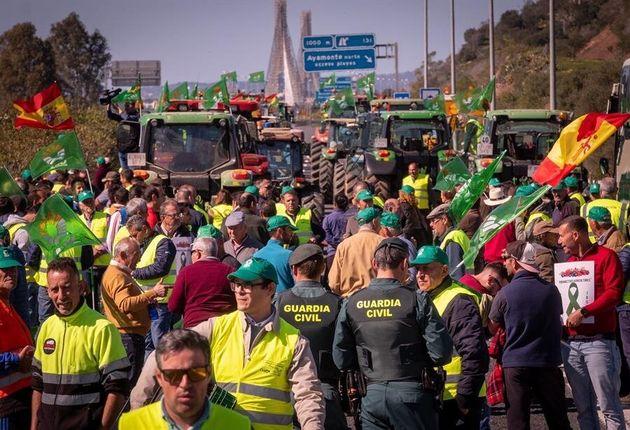 Agricultores junto a parte del más de un centenar de tractores y otros vehículos agrícolas durante el...