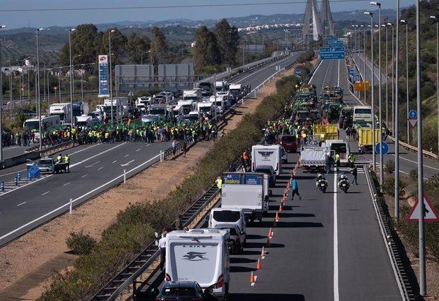 Más de un centenar de tractores y otros vehículos agrícolas han cortado, poco después de las 11:00 horas,...