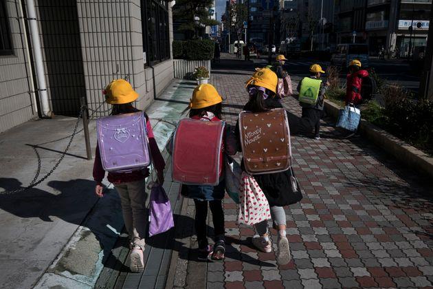 Des écoliers de la ville d'Ichikawa, au Japon, ce jeudi 27 février