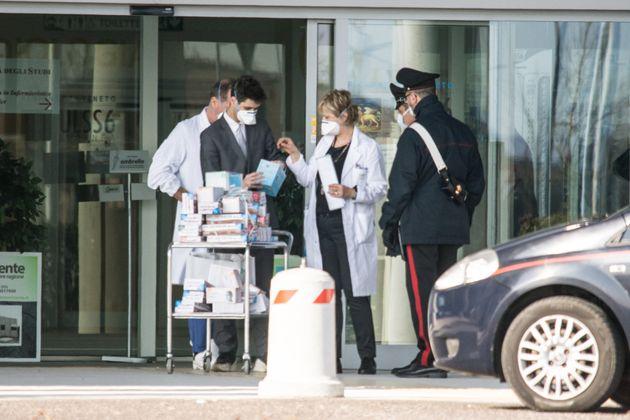 À Padova en Italie, l'hôpital Schiavonia est en quarantaine en raison de l'hospitalisation...