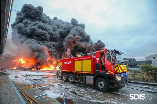 Les pompiers sur le site de Lubrizol lors de l'incendie du 26 septembre 2019 à