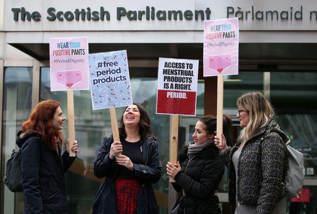 Parlamentar Monica Lennon MSP (segunda à esquerda) se une aos apoiadores da lei de produtos uma...