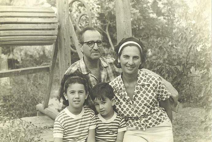 Η Άλκη με τον σύζυγο της Γιώργο Σεβαστίκογλου και τα παιδιά τους Ειρήνη και Πέτρο, 1960