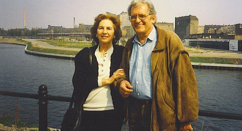 Η Άλκη Ζέη με τον αγαπημένο της φίλο, ποιητή Τίτο Πατρίκιο, Βερολίνο 1989.