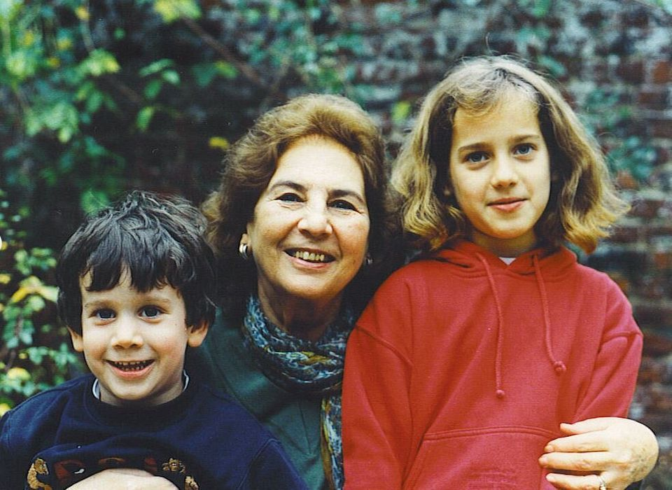 Η ευτυχισμένη γιαγιά Άλκη με τα εγγόνια της