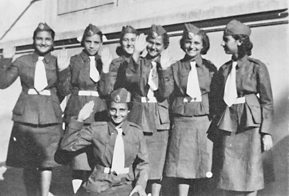 Φαλαγγίτισσες, 1936. Με το χέρι κάτω η Αλκη Ζέη