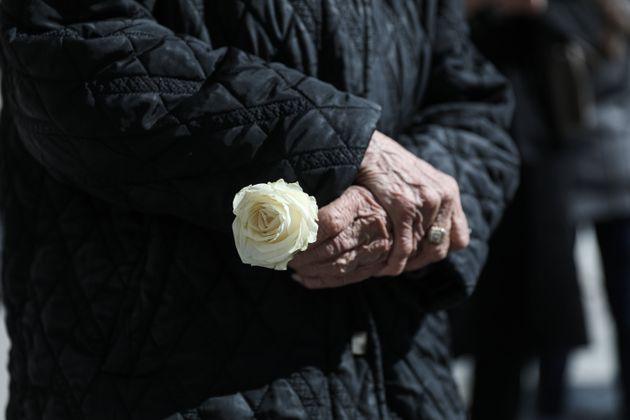 Ένα λουλούδι για τον Κώστα Βουτσά