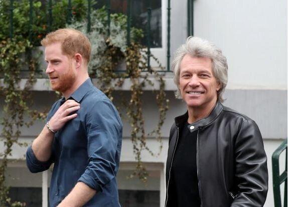 Ο πρίγκιπας Χάρι και ο Τζον Μπον Τζοβι στο στούντιο ηχογράφησης.