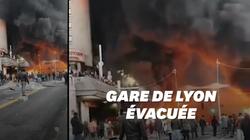 Une impressionnante fumée noire à Gare de Lyon après des incidents en marge d'un