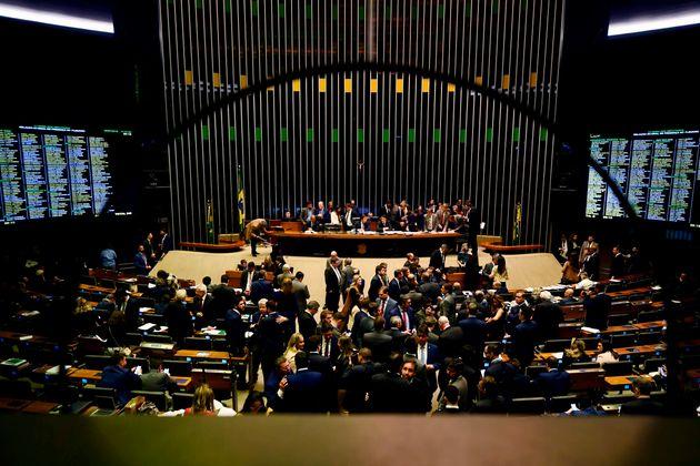 Sessão do Congresso chegou a começar, mas foi suspensa por volta de 20h10 pelo presidente...