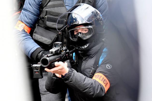En Essonne, un policier mis en examen après un tir de LBD ayant éborgné un