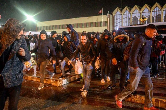À la frontière entre Grèce et Turquie, des centaines de réfugiés