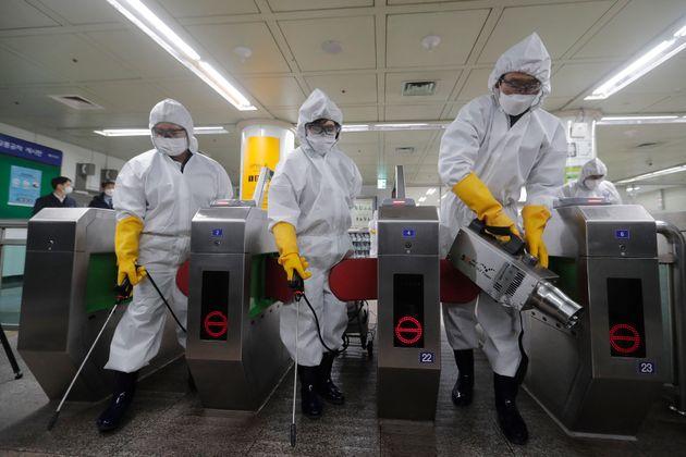 2월 28일 서울 지하철역 방역 작업 중인