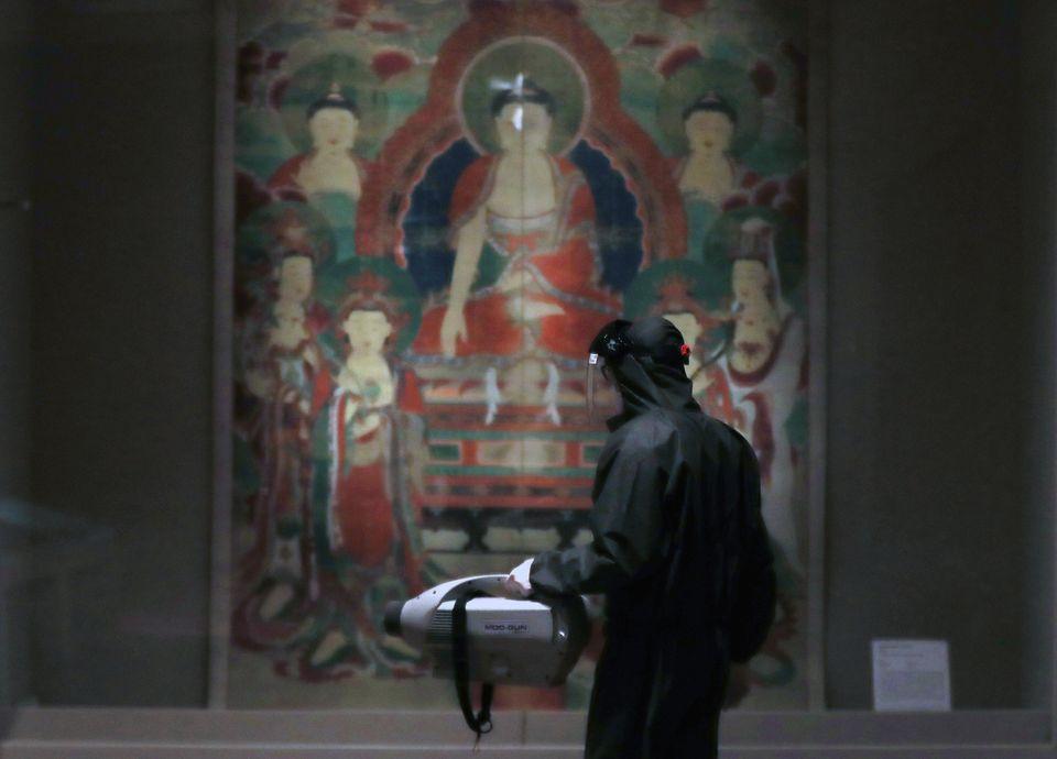 28일 서울 용산구 국립중앙박물관 전시실에서 방역업체 직원들이 방역작업을 하고