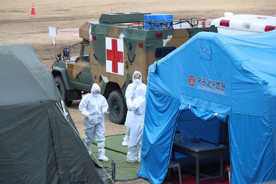 28일 오후 경북 경산시 하양읍 국군대구병원에서 군 의료진이 신종 코로나바이러스 감염증(코로나19) 선별진료소를 운영하고