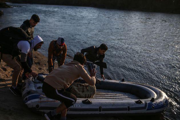 Μετανάστες προσπαθούν με φουσκωτή βάρκα να φτάσουν στον Εβρο από την Τουρκία.