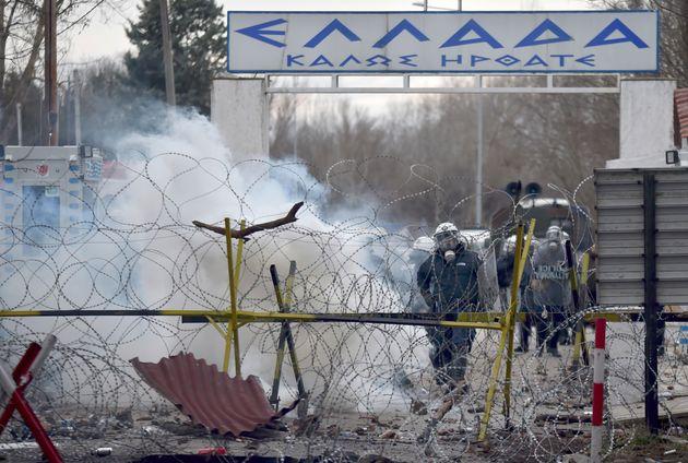 Ρήξη δακρυγόνων στα ελληνικά σύνορα, καθώς πρόσφυγες και μετανάστες προσπαθούν να περάσουν στο ελληνικό έδαφος.